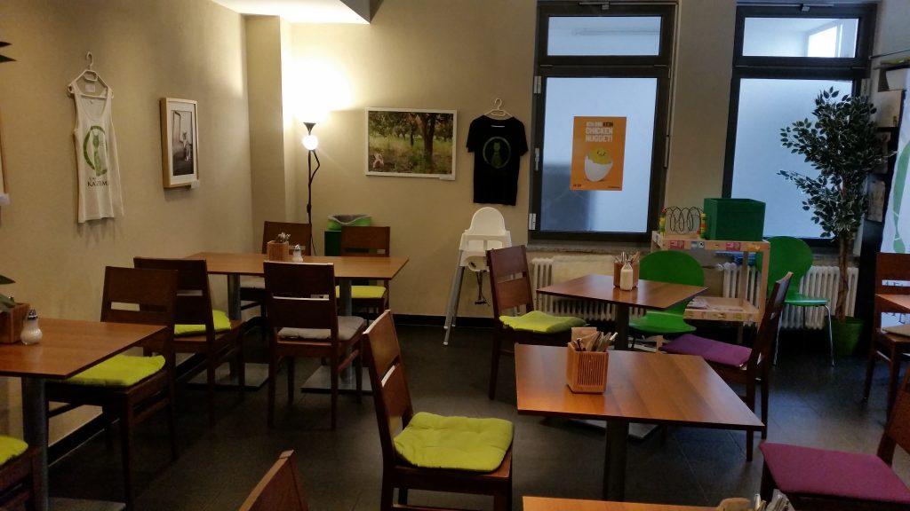 Ein Raum im Café Katzentempel