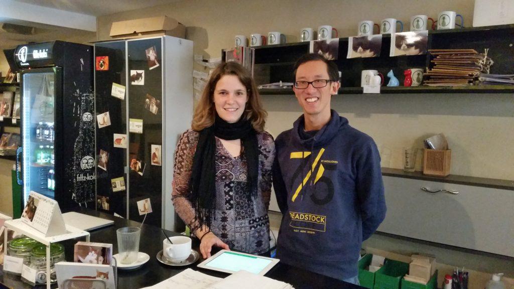 Teil-Inhaber Thomas Leidner und eine Mitarbeiterin im Münchner Café Katzentempel