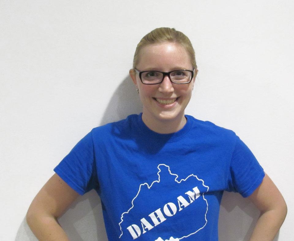 Irmina Reithmair, blond mit Brille lächelnd in einem blauen T-Shirt