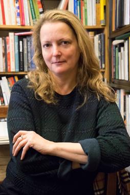Petra Hammerstein ist Antiquarin und gilt als bayerische Kultbloggerin. Hier abgebildet in ihrem Antiquariat in der Türkenstrasse 37