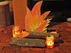 Lagerfeuer aus Pappe gebastelt