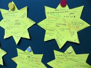 In der Adventszeit schenken sich die Schüler der Grundschule Martinsried ein freundliches Wort.
