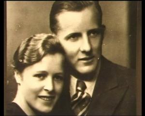 Porträtbild des frisch verheirateten Ehepaars Anna und Josef Pröll. In Festtagskleidung lächeln beide in die Kamera.