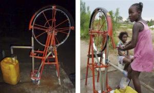 Brunnen mit Handseilpumpe im Kongo und Mädchen beim Wasserpumpen