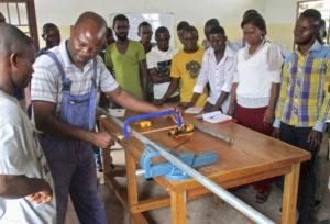 Lehrwerkstatt der Brunnenbauschule: Eine Frau unter vielen Männern