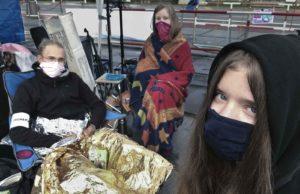 Gruppenfoto von Benjamin, Ada und Emelie (Extinction Rebellion) mit Decken nach einer kalten Nacht