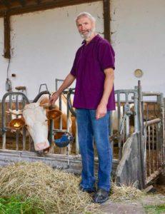 Bio-Landwirt Georg Hartinger im Kuhstall
