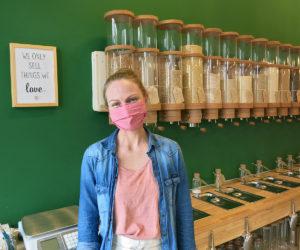 Chrissi Holzmann, die Gründerin und Inhaberin, steht in ihrem Unverpackt-Ladens Servus Resi
