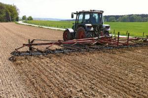 Ein Traktor pflügt den Acker