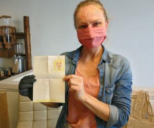 Chrissi Holzmann hält eine Kinderzeichnung hoch, die sie geschenkt bekommen hat