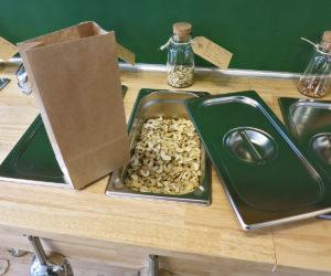 Edelstahlbehälter mit Cashewnüssen