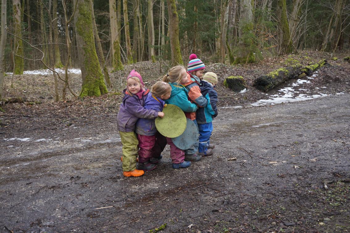 Unterwegs_zur_Musikstunde_Waldkindergarten_Aubinger_Lohe_eV_Foto_Claudia_Evers