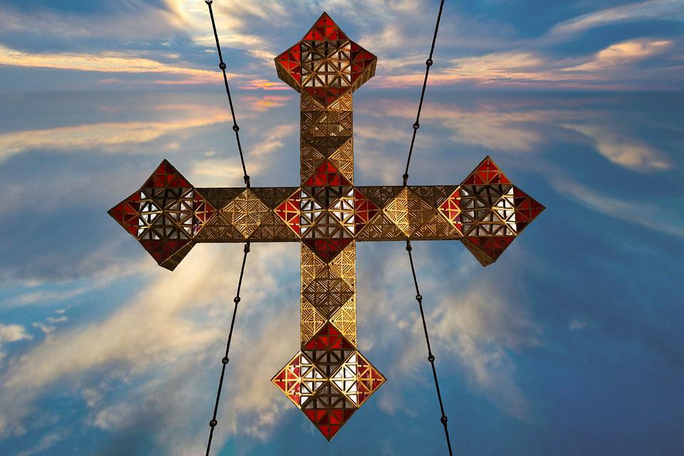 Das Bild zeigt ein modernes Kreuz im koptischen Stil