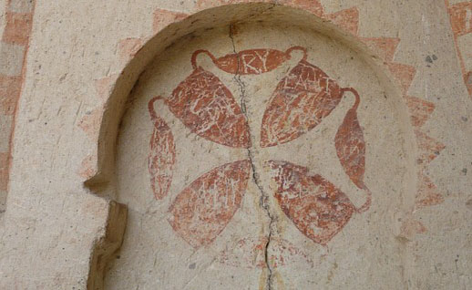 Das Bild zeigt ein byzantinisches Kreuzfresko. Bildunterschrift: Eine Erinnerung an christliche Gemeinden in Kappadokien - Ein Kreuz-Fresko, wo der christliche Glaube bereits verschwunden ist.
