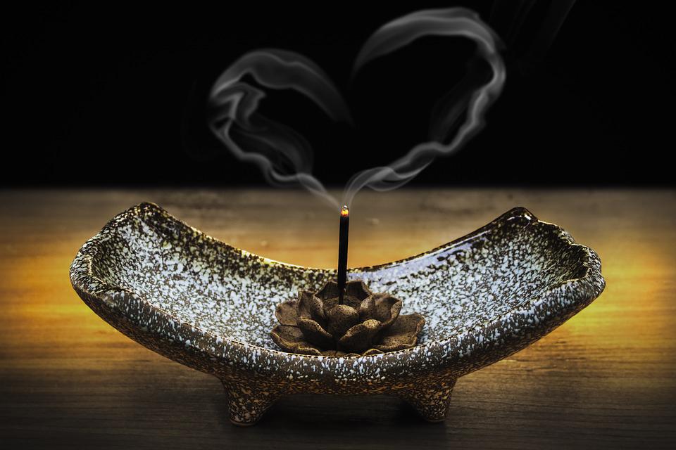 Bild zeigt asiatische Schale mit Räucherstäbchen. Bildunterschrift: Weihrauch verbindet verschiedene religiöse Traditionen.