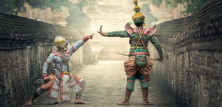 """Das Bild zeigt zwei thailändische Tempeltänzer. Bildkommentar: """"Clash of Civilizations"""" in Berlin: Ideologischer Konflikt der Säkularen mit der Minderheit der Religiösen."""