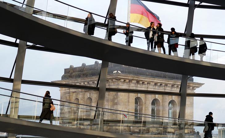 Bild zeigt die begehbare, gläserne Kuppel über dem Plenarsaal des Deutschen Bundestages in Berlin als Sinnbild einer fasettenreichen Bürgergesellschaft.