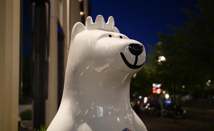 Das Bild zeigt eine moderne Porzellanfigur des Berliner Bären. Er steht für Toleranz in der Bundeshauptstadt. Bildkommentar: Keep calm smile an be tolerant.
