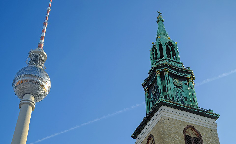 Das Bild zeigt den Fernsehturm und Turm der Nikolaikirche in Berlin.