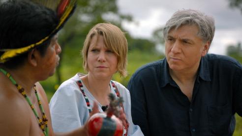 """Autoren von """"Die gruene Luege"""" mit einem Vertreter der indigenen Bevoelkerung Foto: wernerboote.com"""
