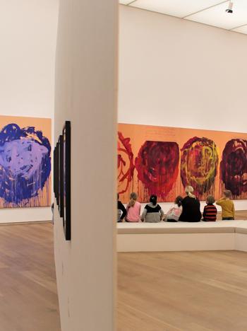 Kinder betrachten Werke des Künstlers Cy Twombly im Museum Brandhorst in München.