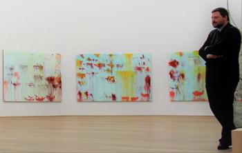 """Im Halbrund des """"Lepanto""""-Saales im Museum Brandhorst in München fühlt sich Museumswärter Stephan Rauch wohl."""