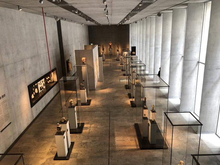Raumansicht von obern über Geländer. Vitrinen, Skulpturen