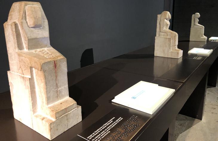 Raumausschnitt mit Skulpturen auf Tisch in verschiedenen Herstellungsprozessen. ägyptisches Museum München, Selbsttest, Freiraum