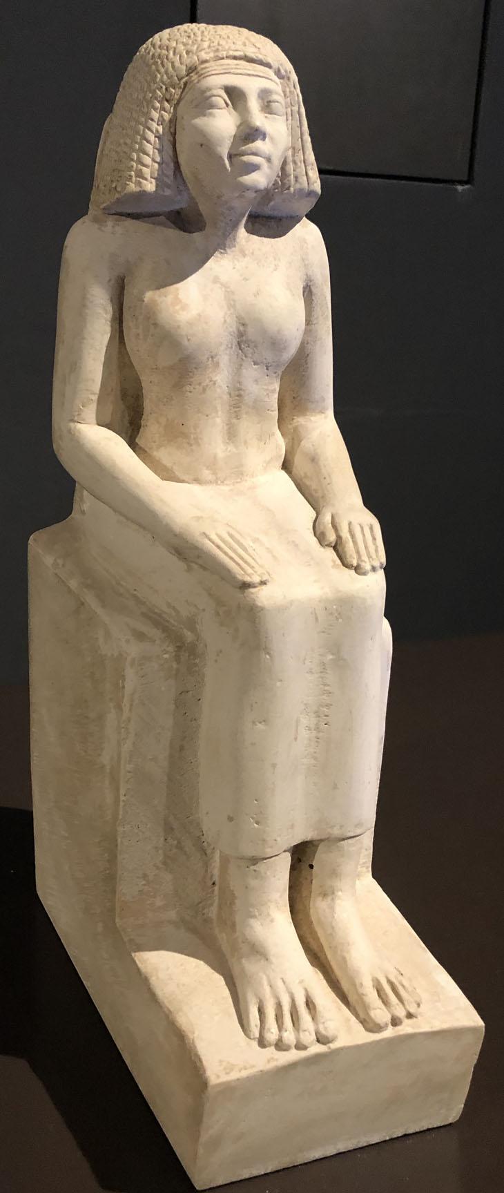 Sitzfigur, Tochter des Cheops. Ägyptisches Museum München. Freiraum