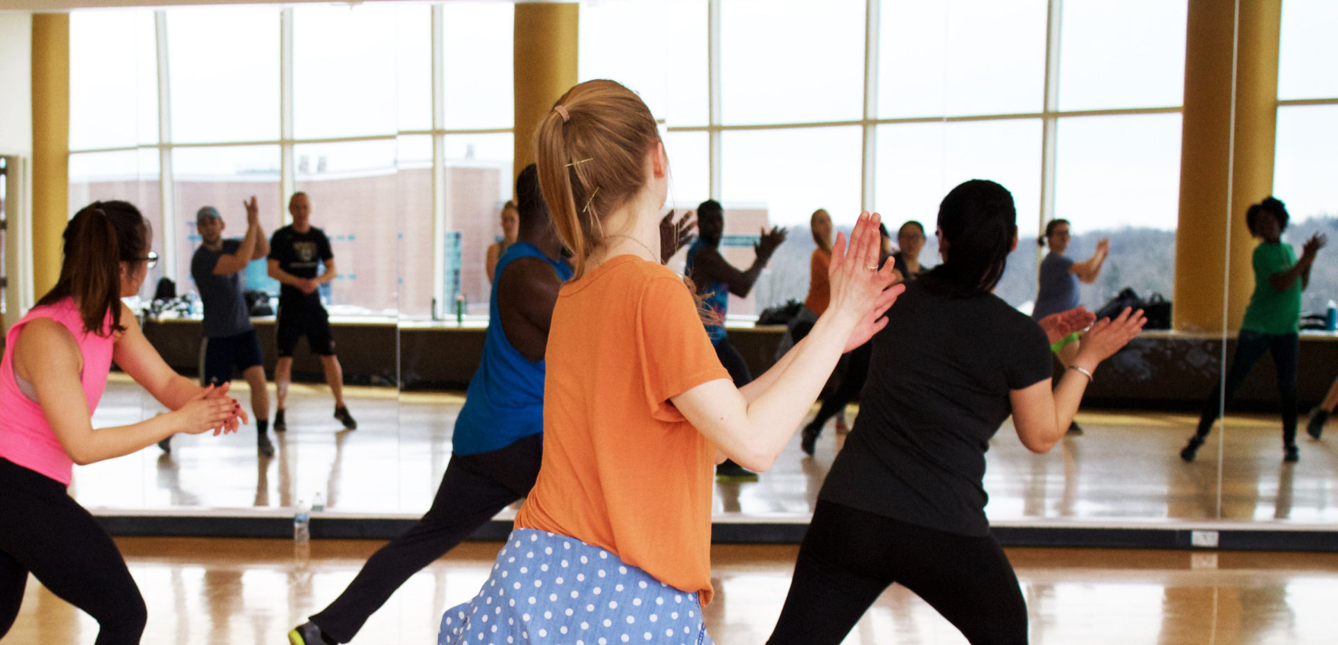 Eine Gruppe junger Tänzerinnen lernt eine neue Choreografie.