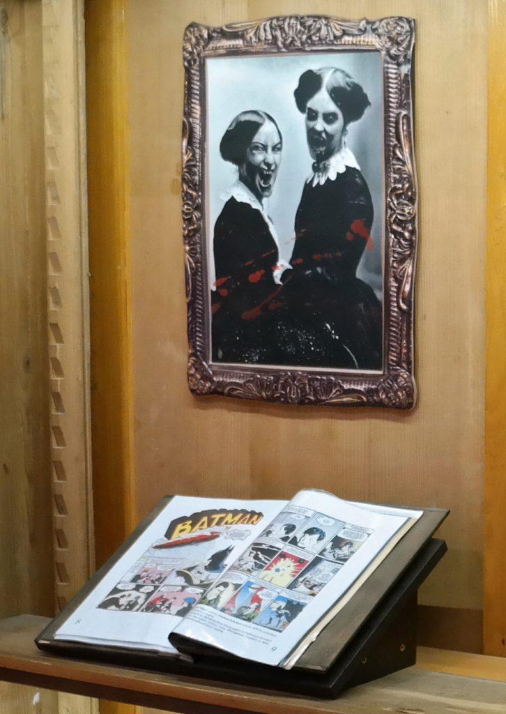 Bild von Vampiren mit Reißzähnen und ein Batman-Comic in der Ausstellung des Fledermauszentrums Schloss Thurn