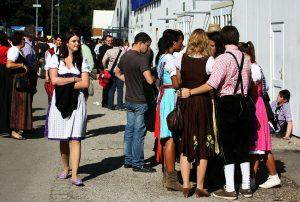 Menschen in Dirndl und Lederhose auf dem Oktoberfest München