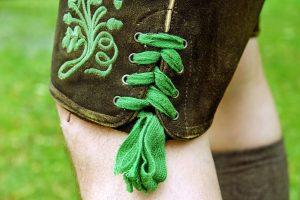 Detailfoto einer oberbayerischen Lederhose