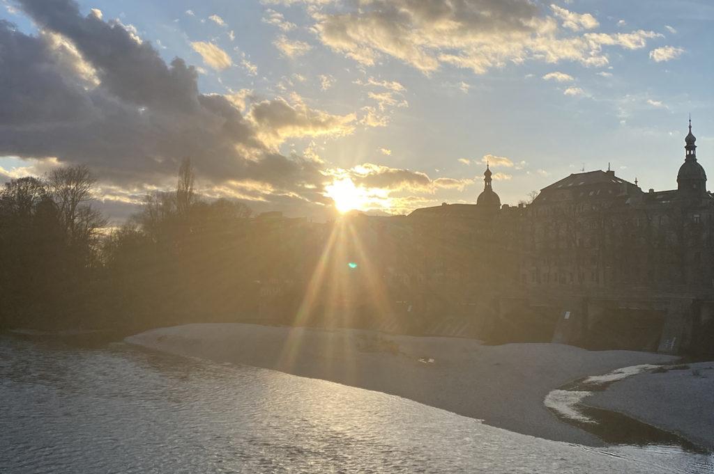 Kiesbänke und Isar in München am Abend, Kabelsteg, Ludwigskirche; Foto: Karoline Rupperti