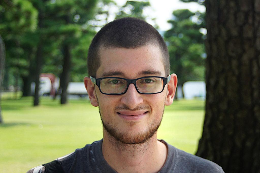 Porträt von Jonas Kessel. Ein junger Mann mit kurzem Bart, kurzen Haaren und Brille. Foto: Jonas Kessel