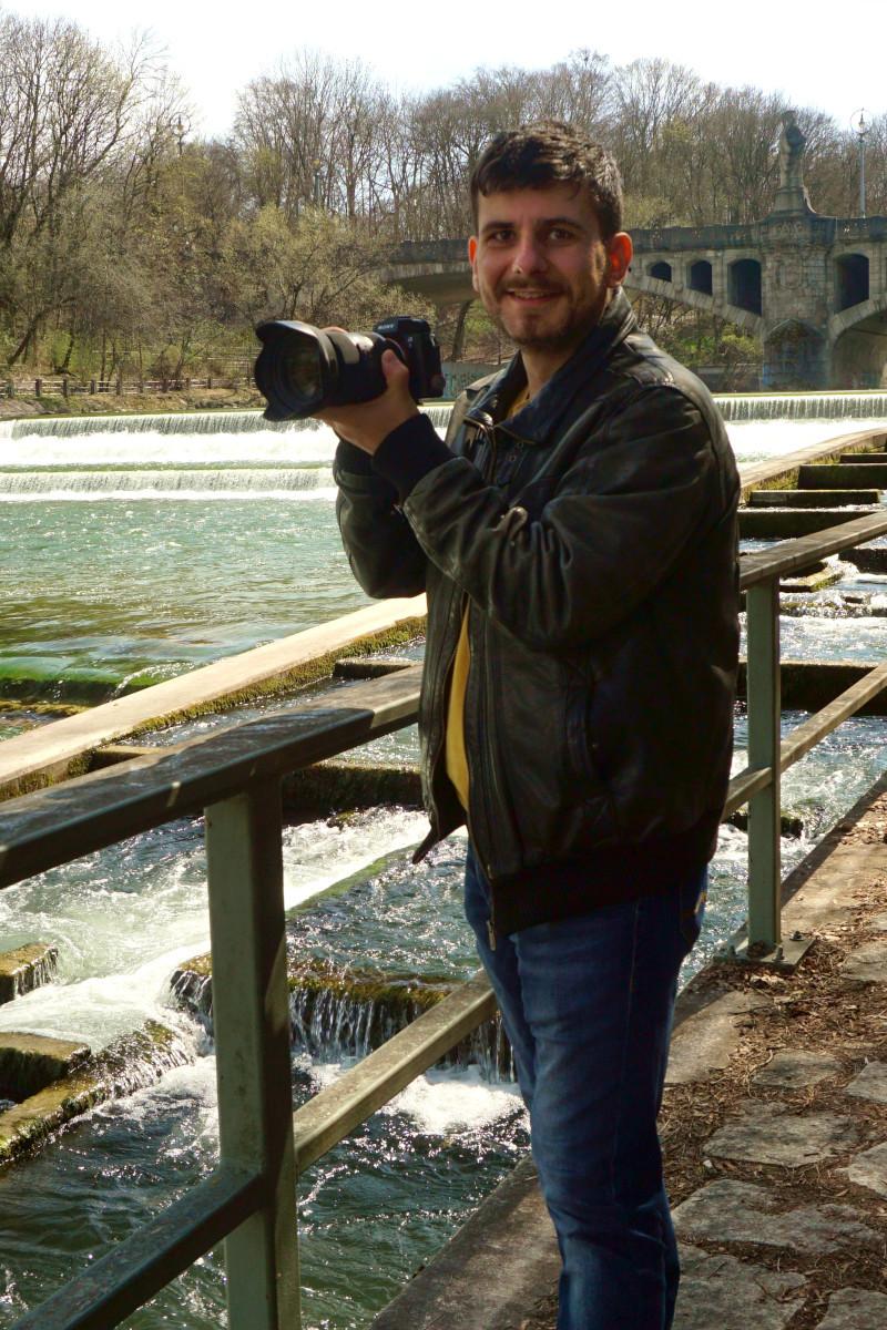 Martin Ratkovic steht mit seiner Kamera in der Hand am Isarufer. Foto: Nina Jarosch