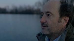 Porträt Autor Wolfram Schlenker Abendstimmung blickt auf See