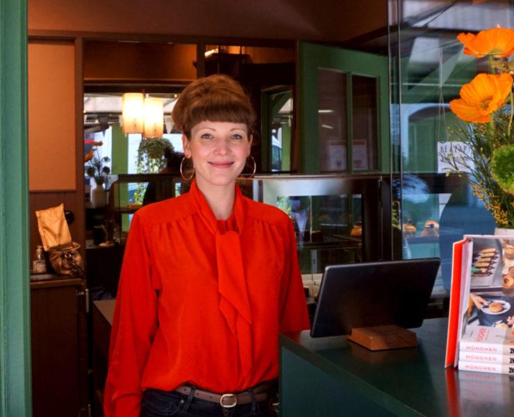 InhaberiLea Zapf steht am Ausgabefenster ihres Stands Marktpatisserie.Foto: Nina Jarosch