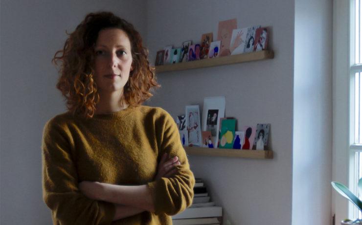 Porträt Gründerin Veronika Peters schaut mutig in die Kamera mit verschränkten Armen Foto: Wolfram Schlenker