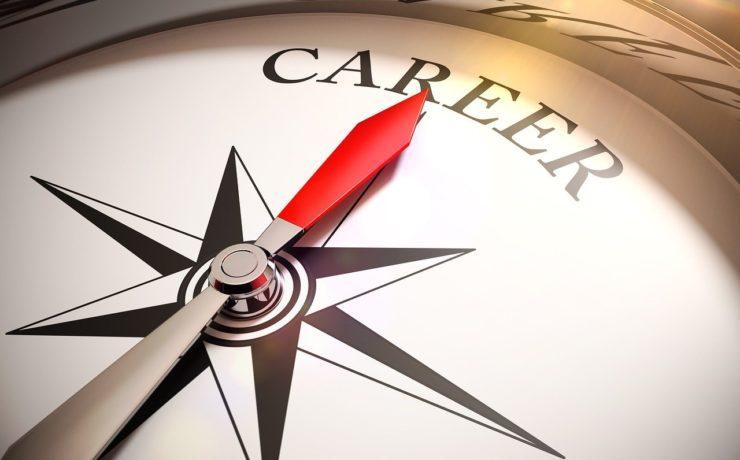 Support fürExistenzgründer. Ein Kompass dessen Nadel auf das Wort Karriere zeigt. Foto: Gino Crescoli Pixabay