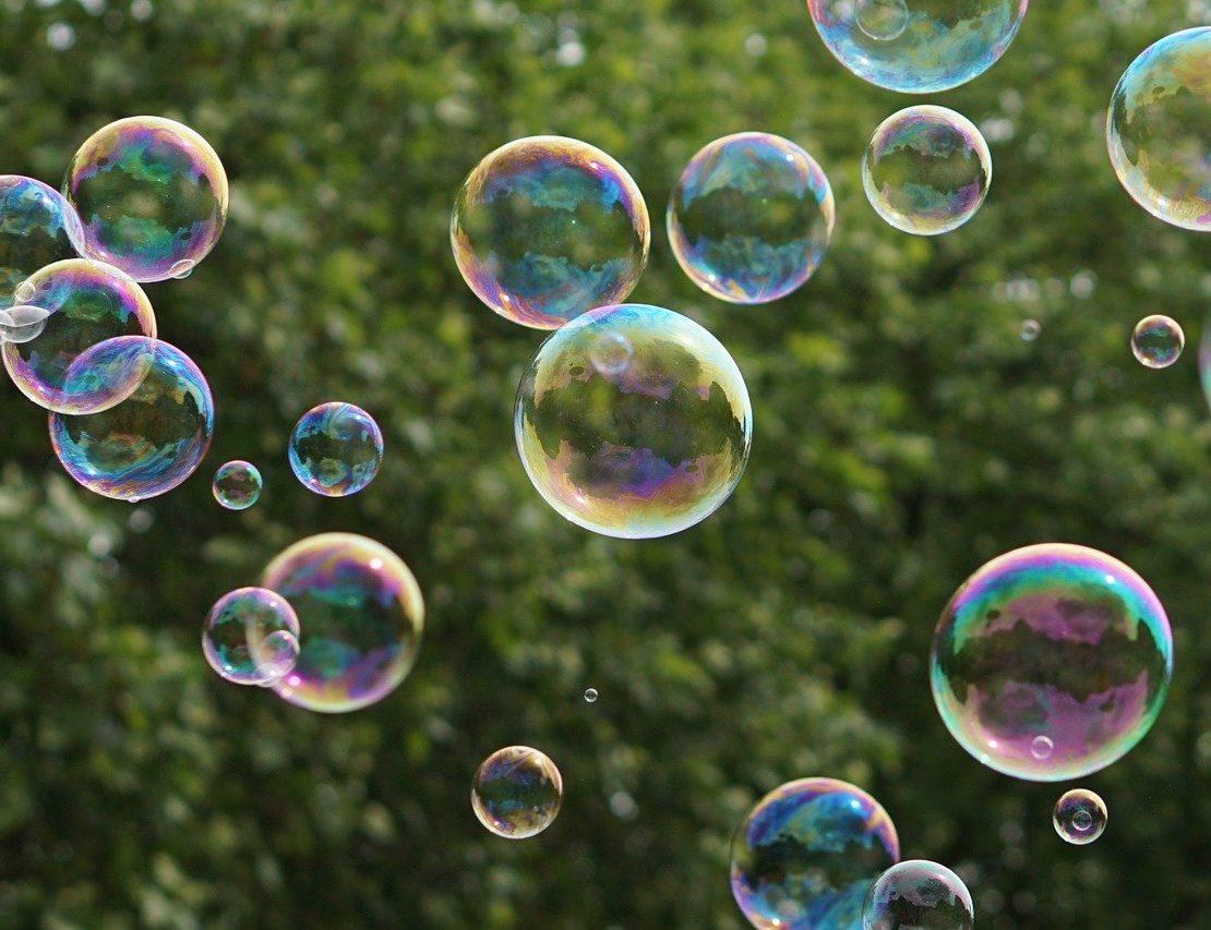 Seifenblasen die in der Luft schweben. Foto: Kira Hoffmann Pixabay