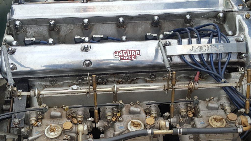 Bild der offenen Motorhaube eines C-Type Jaguars