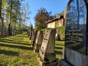 Gräberreihe im Jüdischen friedhof Gauting im Vordergrung Grab mit hebräischer Schrift