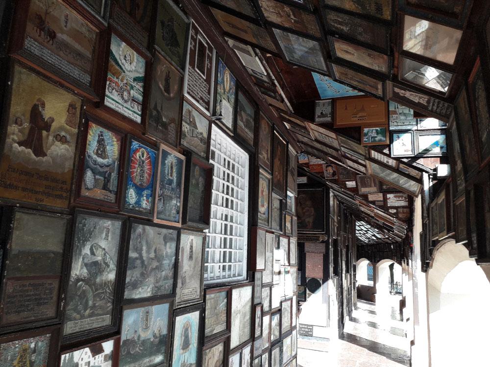 Gewölbe mit vielen Holzbildern