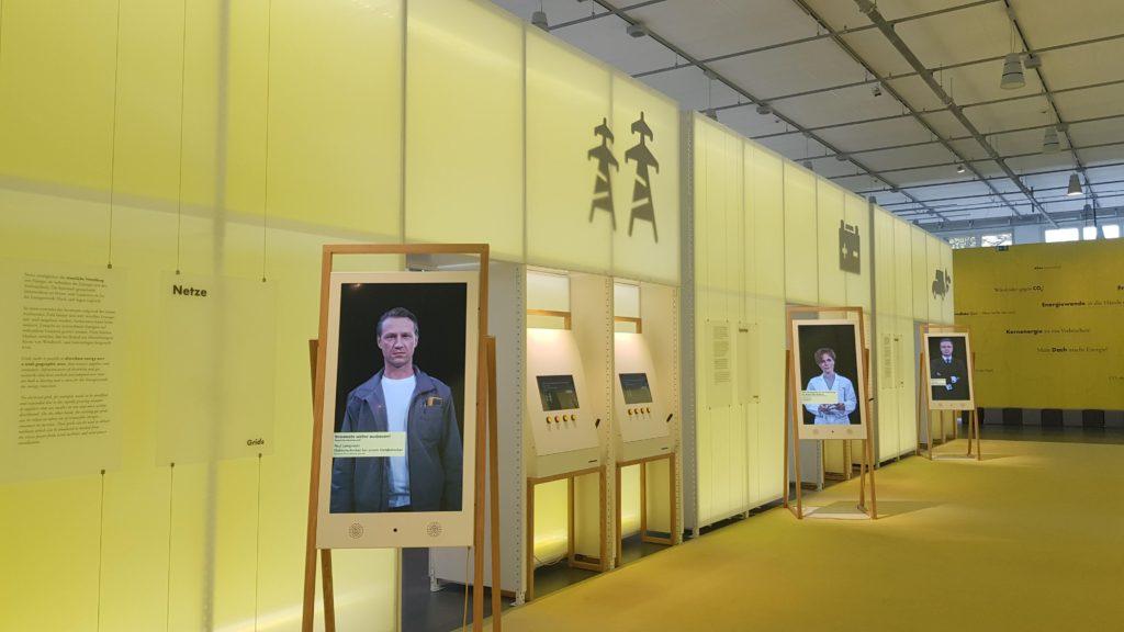 """Monitore in der Lobby der Ausstellung """"energie.wenden"""""""
