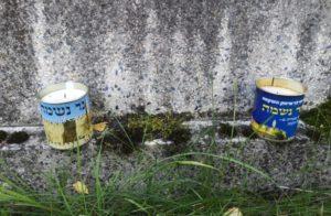 Gedekkerzen aus israel auf Grab in jüdischen friedhof in gauting