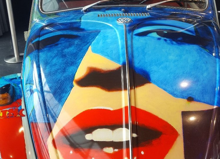 Bild von einem Oldtimer VW-Käfer mit Gesicht von Marilyn Monroe in Warhol-Lackierung; Oldtimer-Ausstellung Fürstenfeld