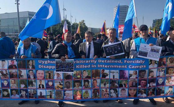 Blaue Protestwelle weltweit: Uiguren mahnen mit Oppositionsflaggen und Fotos von in chinesische Lager verschleppten Landsleuten das Drama ihres Volkes an. Eine Reportage von Friederike Albat