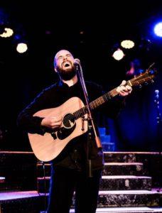 Musiker David Gaffnery auf der Bühne beim Songslam im Milla
