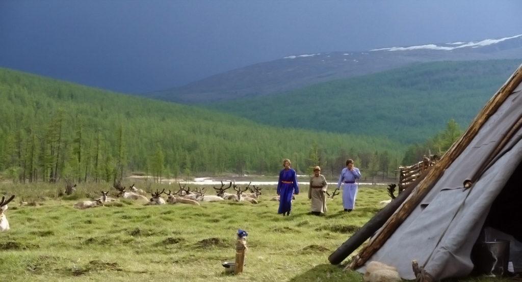 Frauen des mongolischen Nomadenstamms der Tsaatan passieren eine Rentierherde in der SteppeRentiere und